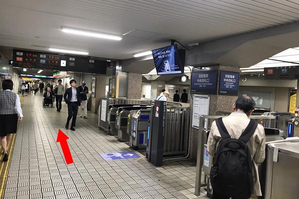 ⑥京阪「淀屋橋駅」の改札の横を通り過ぎます。