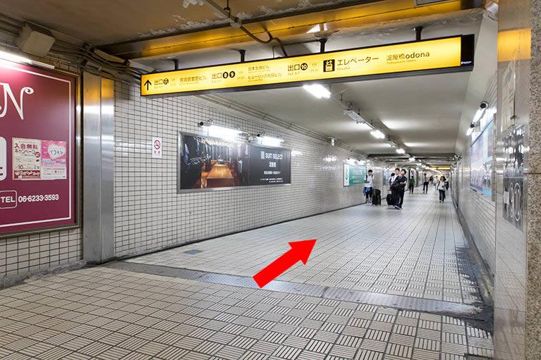 ②そのまま右に行き、「京阪」11番出口に向かいます。