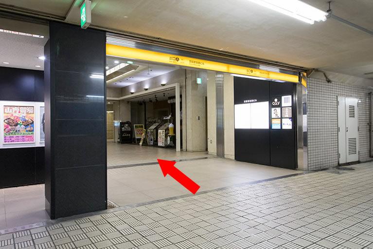 ④左手に「京阪」11番出口が見えたら、居酒屋の方へと直進してください。