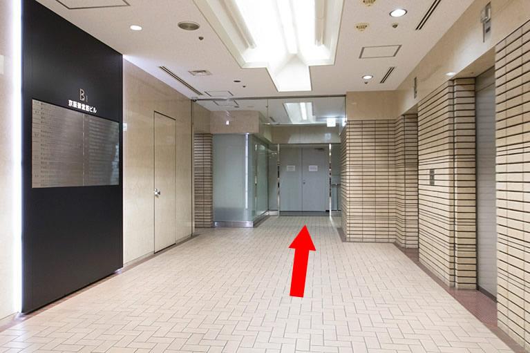 ④エレベーターホールを通り抜けて、右に曲がります。突き当りを左に曲がります。